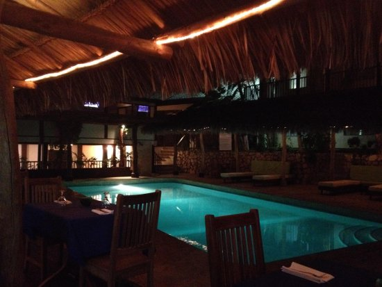 Hotel Coco Beach & Casino: A view of the pool from our dinner table