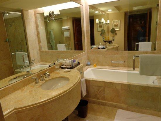 Conrad Centennial Singapore: bathroom