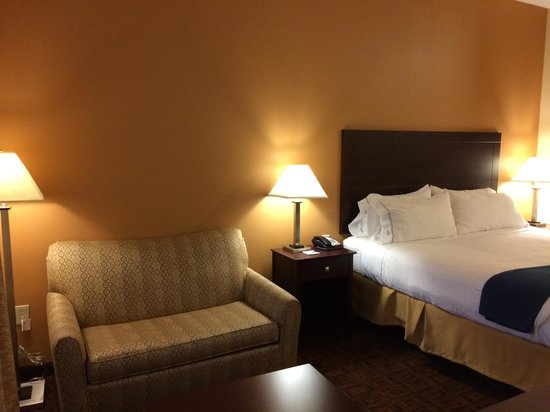 Holiday Inn Express Suites Mason : Seating area and bed