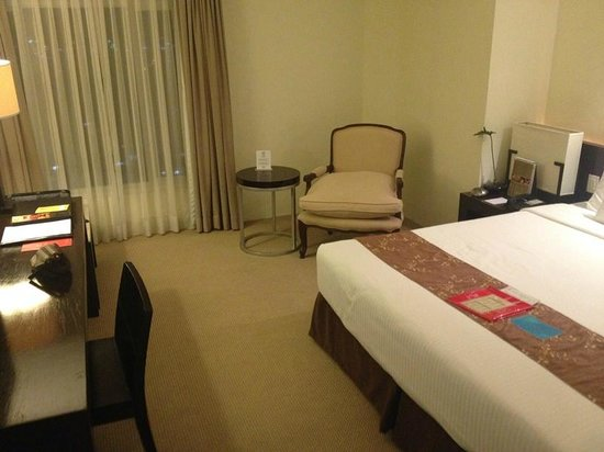 Waterfront Cebu City Hotel & Casino: Bedroom area of suite