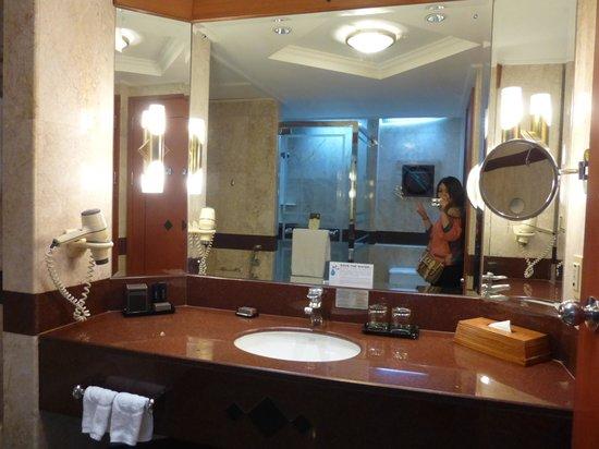 Pullman Khon Kaen Raja Orchid : อ่างล้างหน้าในห้องน้ำ