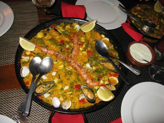 Restaurant Carmen : Paella - savoureuse et présentation soignée.