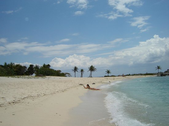 Grand Sirenis Mayan Beach Resort & Spa: view of beach looking away from the resort, beautiful!