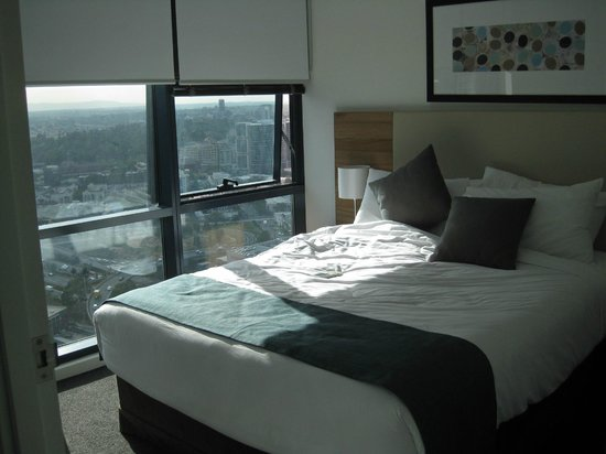 Melbourne Short Stay Apartments Southbank Collection: Bedroom with double bed and ensuite