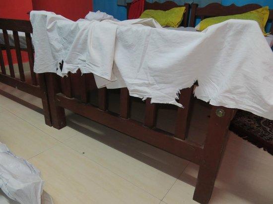 Backpacker Holidays Guest House Kochin: torn dirty sheets