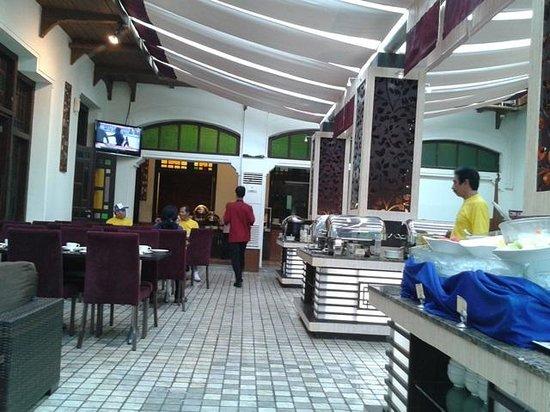 Gino Feruci Kebonjati Bandung: buffet breakfast