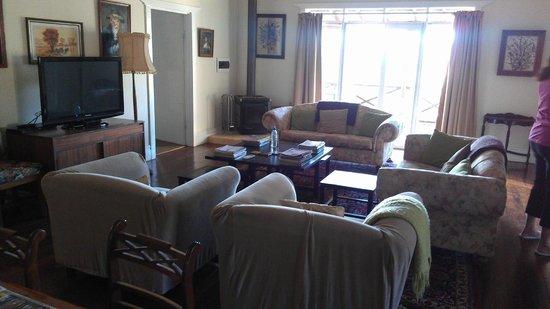 Hillside Country Retreat: Lounge Julien's Cottage