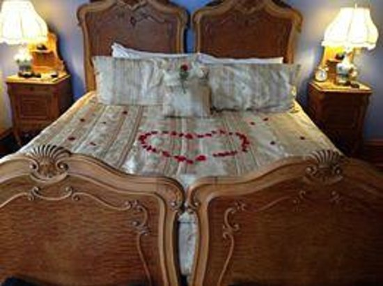 Henderson Castle Inn: rose petals on the bed