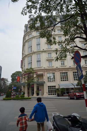 Mercure Hanoi La Gare Hotel: View from street