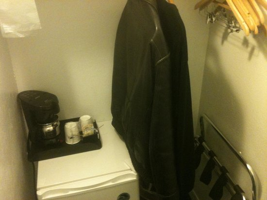 Days Inn Vancouver Metro: The closet/coffee room