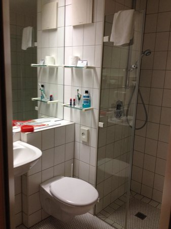 Hotel Ambiente Langenhagen Hannover by Tulip Inn: Bathroom. Nice, small and clean. The fan is a bit noisy but it shuts down quite quickly.