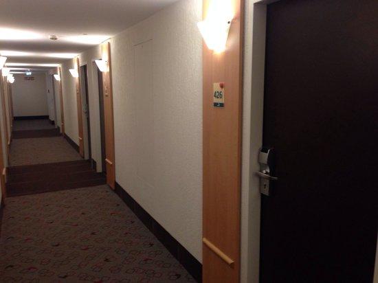Ibis Nürnberg City am Plärrer: Camere non molto grandi. Lunghe e strette.