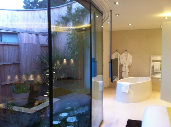 Les Patios: Salle de bain en bordure de patio privé