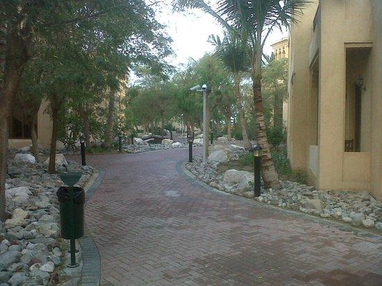 Hilton Al Hamra Beach & Golf Resort: pathway towards hotel