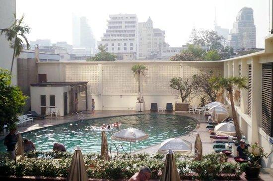 Narai Hotel: 2階のプール、すっごく深いです。なんであんなに深いんだろう??