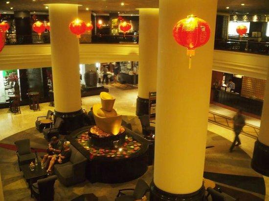 Narai Hotel: 朝ご飯会場からロビーの吹き抜け。