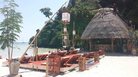 Mama Beach Residence: La plage et le bar