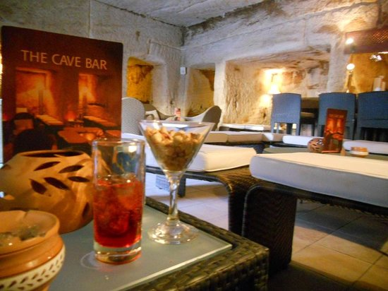 Petra Guesthouse : have drinks and apps in a cave tomb!