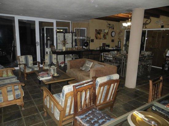 Glenda's Guest Suites: Lounge