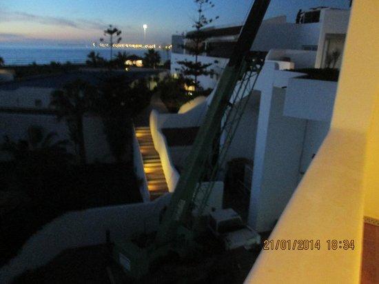 ClubHotel Riu Tikida Dunas : The working crane under our balcony