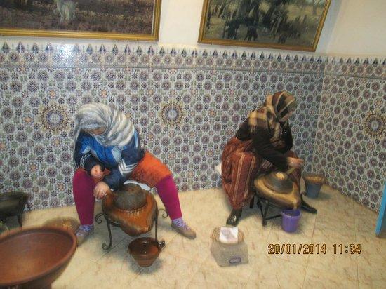 ClubHotel Riu Tikida Dunas : Ladies pressing argan seeds