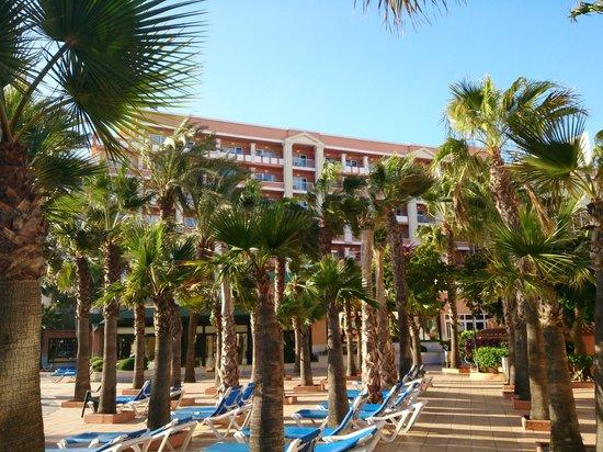 Playacapricho Hotel: hotel visto desde la piscina