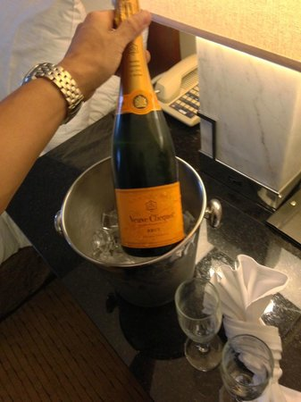 Hilton Miami Airport : ROOM SERVICE CHAMPAGNE, CHARGED FOR IT, and took it back unopened.