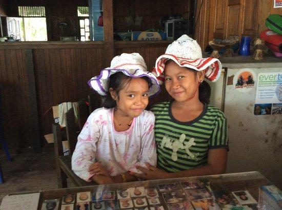 Fadhila Cottages : les petites filles de la maison et leurs chapeaux en plastique recyclé