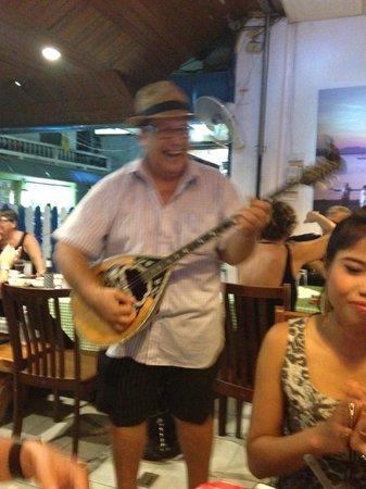 Pattayanis Greek Taverna : The boss singing