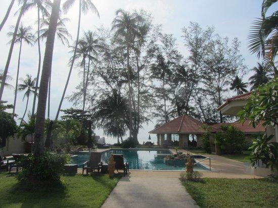 The Siam Residence Boutique Resort : Der Blick von den bungalows aus zum Pool und zum Strand
