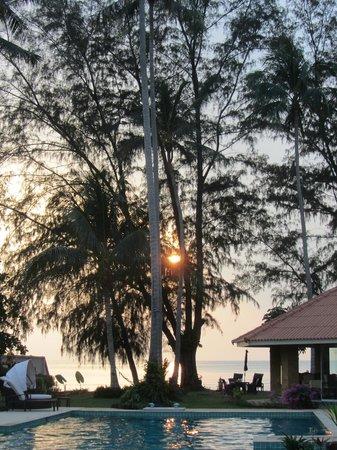 The Siam Residence Boutique Resort : Das Restaurant mit Blick auf den Garten und den Strand