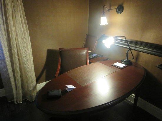 Hotel Muse Bangkok Langsuan, MGallery Collection : scrivania