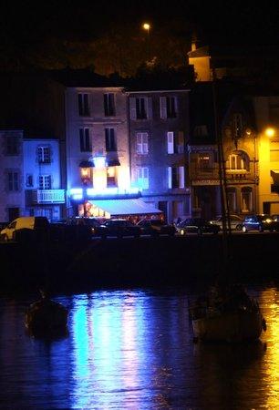 Restaurant du Port : facciata del ristorante vista dall'altra parte del porto