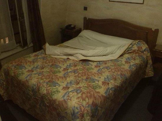 Hotel Cluny Sorbonne: letto un po' corto...non c'è molto spazio intorno per muoversi