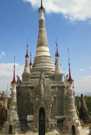 Dorf Indein: zicht Indein pagodes