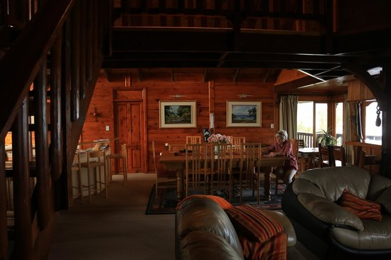 Oyster Creek Lodge: Lounge / Dining area