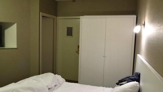 Hotel Leopold: Dull beige room