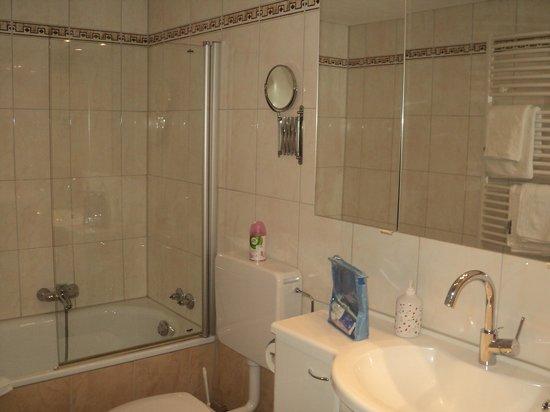 Hotel Alte Laterne: большая ванная комната