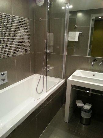 Hotel 7 Eiffel : Bathroom in room 105