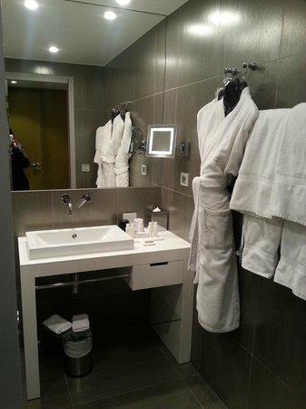 Hotel 7 Eiffel : The bathroom in room 105