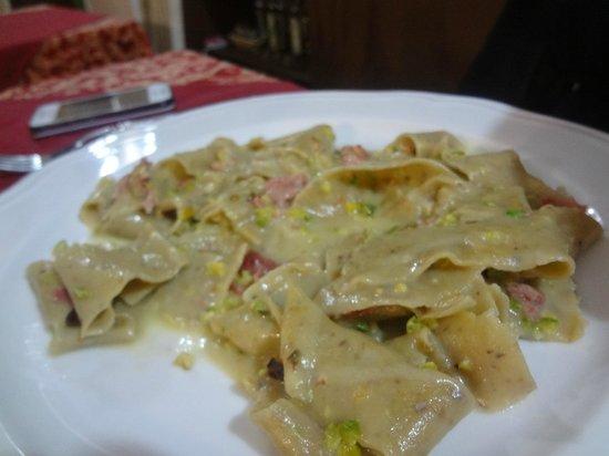 Antica Osteria U Suliccénti : Pasta con farina di pistacchio, fonduta di cacio inodore e insapore e pancetta affumicata