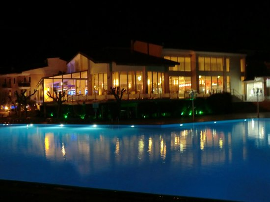 Lycus River Hotel: View from outside pool to main hotel block at night