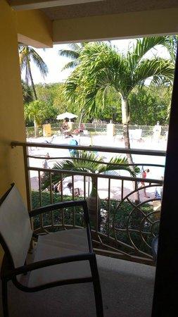 Hampton Inn Key Largo: View from 2nd floor towards the pool