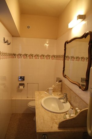 Hotel d'Angleterre, Saint Germain des Pres : Long bathroom with plenty of room around basin