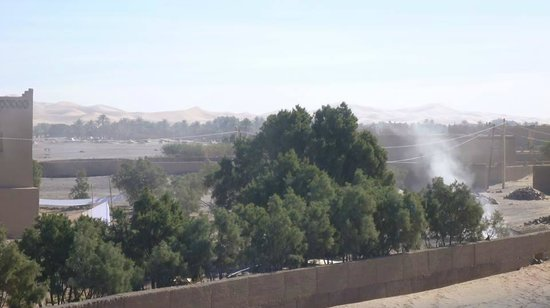 Albergue de Ali el cojo: En la parte trasera del albergue, quemando la basura