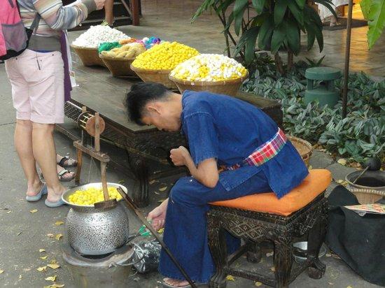 Jim-Thompson-Haus: Artisan déroulant les fils de soie des cocons - Maison Jim Thomson - Bangkok