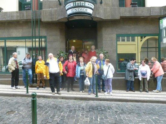 هوتل ويندسور: Die erste Österreichische Reisegruppe vor dem Hotel