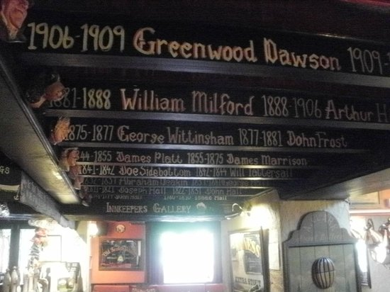 Ye Olde Cheshire Cheese Inn: The names of all the landlords andthe dates they held court are displayed on the beams in the Ch