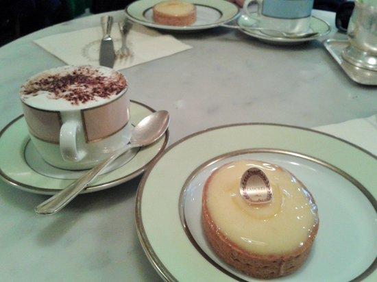 Ladurée London Harrods : Cappuccino und Zitronentarte - unfassbar lecker!!