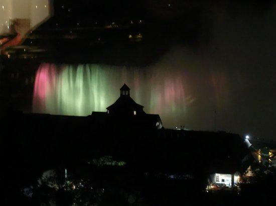 Niagara Falls: 夜はカラフルなライトアップ